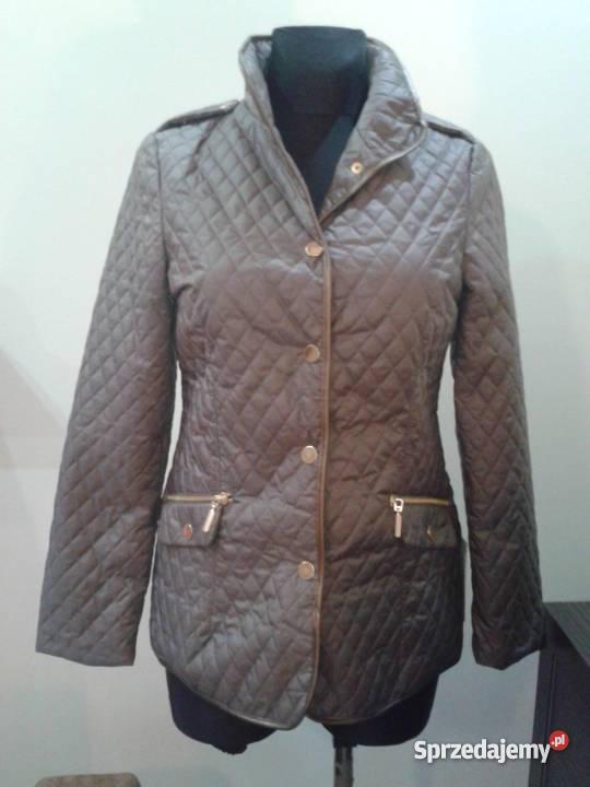 Kurtki pikowane na zimę znajdziesz w niemal każdym sklepie. Tym razem, z szerokiej gamy modeli przygotowaliśmy dla ciebie najciekawsze fasony. W naszej galerii zdjęć zebraliśmy kurtki, które są nie tylko modne i ciepłe, ale dzięki którym wyróżnisz się z tłumu!
