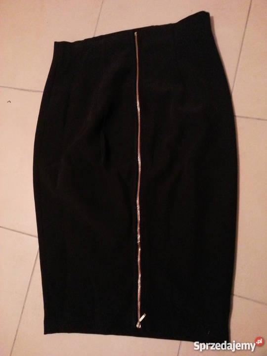 Czarna ołówkowa spódnica z zamkiem