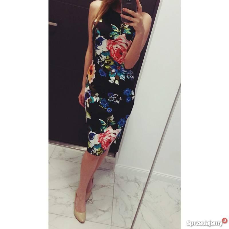 Czarna, dopasowana sukienka w kwiatki bawelniana mala czarna