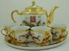 Filiżanki i dzbanek na tacy  złocone porcelana kawa herbata