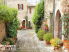 Fototapeta kwiecista stara uliczka we włoskiej toskani SU15M