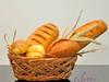 Zestaw sztucznego pieczywa w koszyku