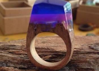 Oryginalny pierścionek z żywicy i drewna