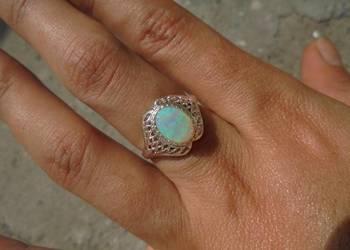 pierścionek z naturalnym australijskim opalem