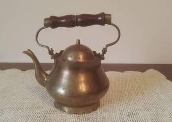 Stylowy, mosiężny czajnik z drewnianą rączką.
