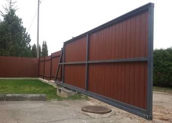 Brama wjazdowa wypełniona deską kompozytową