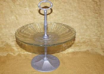 Piękna szklana patera na owoce z aluminiową podstawą
