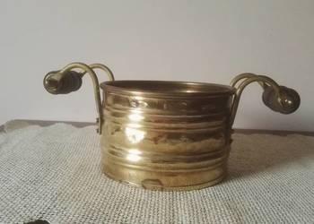 Ozdobne, mosiężne naczynie z drewnianymi rączkami.