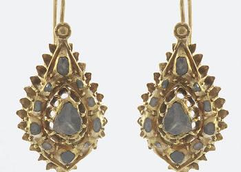 Kolczyki z diamentami  wiszące, o formie łezki, wysadzane 22