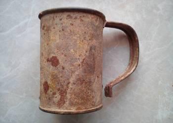 Stary metalowy kubek