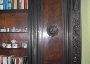 Piękna szafa biblioteczna z litego drewna ręcznie rzeźbiona