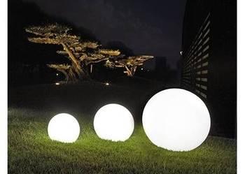 Mały zestaw kul ogrodowych świecących na biało Lampy kule