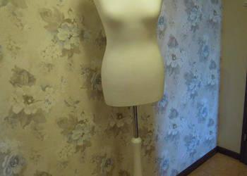 Manekin damski biały na trójnogu drewnianym Nowy