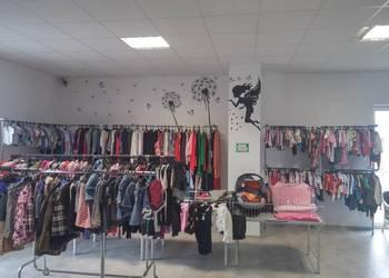 Kompletny asortyment sklepu z odzieżą używaną