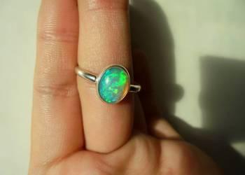 pierścionek z naturalnym opalem (zielony-niebieski)