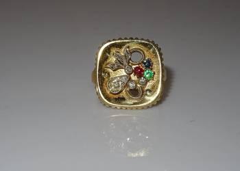 Złoty pierścionek diamenty szmaragd szafir rubin