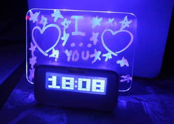 LED zegar na szafkę, podświetlany napis na tabliczce