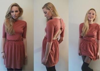 Sukienka w kolorze pudrowego różu.