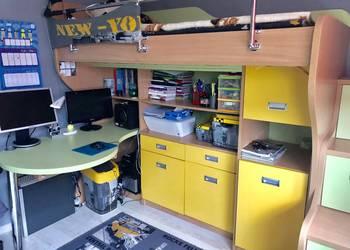 Łóżko na antresoli z dużym biurkiem i szafami KOMPLET MEBLI