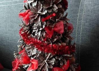 Choinka z szyszek czerwona, ze sztucznym śniegiem