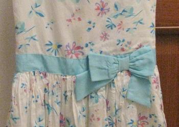 """Biało - niebieska sukienka """"bombka"""" w kwiatki - rozm 134."""