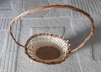 2 plecione, wiklinowe kosze prezentowe (owalny i krągły)