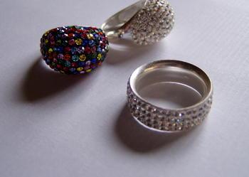 srebrny pierścionek i Swarovski