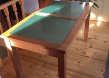 Stół z drewna bukowego z matową szybą.Do salonu,do jadalni.