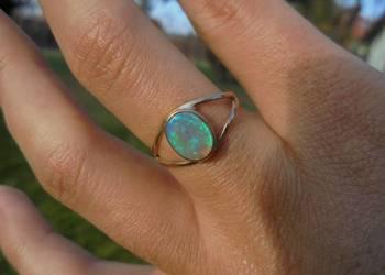 australijski opal - złoty pierścionek z naturalnym opalem