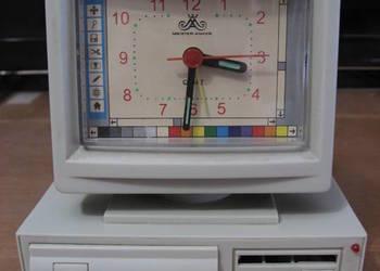Zegar w kształcie komputera na baterie