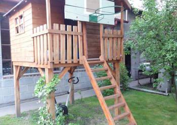 Drewniany domek ogrodowy dla dzieci.
