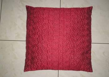 Używana poduszka z pikowaną wiśniową poszewką 43 cm x 43 cm