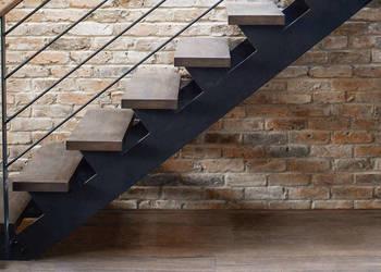 Nowoczesne schody wewnętrzne stalowe - loft - industrial