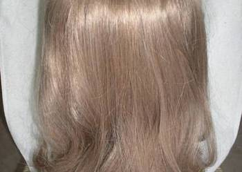 Półdługa peruka w kolorze jasny beżowy blond