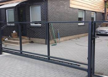 Brama przesuwna skrzydłowa do wypełnienia panelem, sztachetą