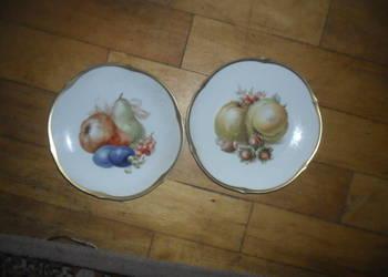 2 talerzyki porcelanowe.