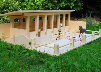 Drewniana stadnina dla koni Schleich na MIkołaja