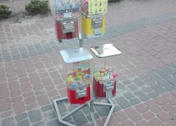 Automat sprzedający piłki kauczukowe i zabawki w kapsułach