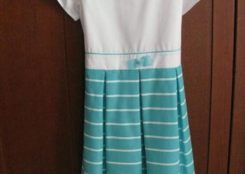 Elegancka biała sukienka w niebieskie paski - rozm 128