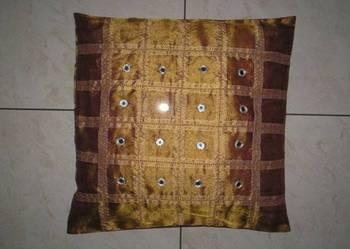 Używana poduszka z poszewką w kolorze starego złota 45x45 cm