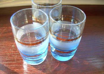 3 kieliszki z cieniutkiego błękitnego szkła i inne