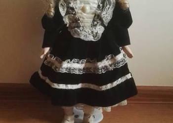 Piękna porcelanowa lalka w kapeluszu