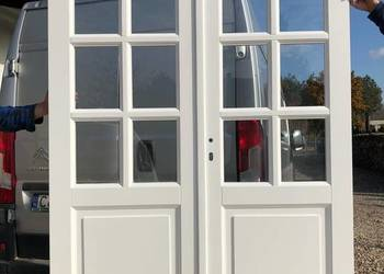 Drzwi białe dwuskrzydłowe
