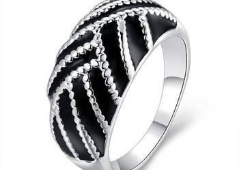 Przepięknej urody srebrny pierścionek z wybitą próbą 925