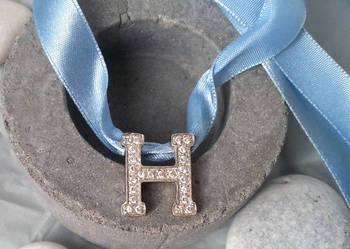 Srebrna (pr.925) zawieszka w kształcie litery H z cyrkoniami