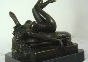 Figura z brązu. Naga kobieta z telefonem