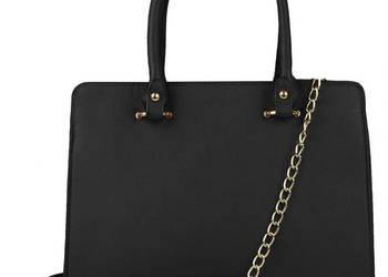 Czarna torebka na łańcuszku