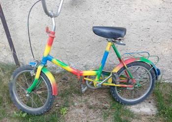 Tęczowy dziecięcy rowerek.
