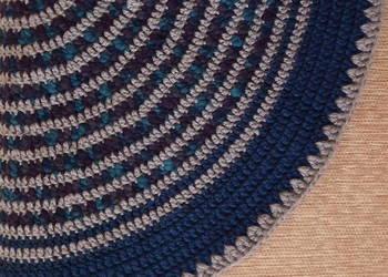 Okrągły dywanik robiony na szydełku
