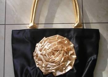 Torebka satynowa czarna ze złotym kwiatem
